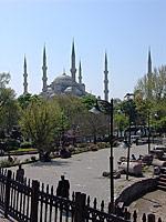 Вид на Голубую мечеть с улицы Диван Йолу