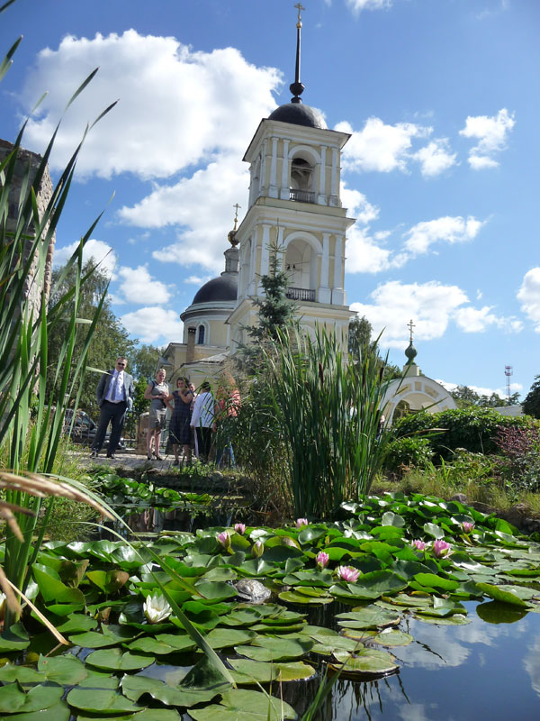 Какая то церковь с прудом и черепахами, под Серпуховом