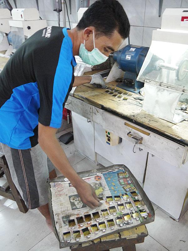 Шлифовка готовых перламутровых кулонов