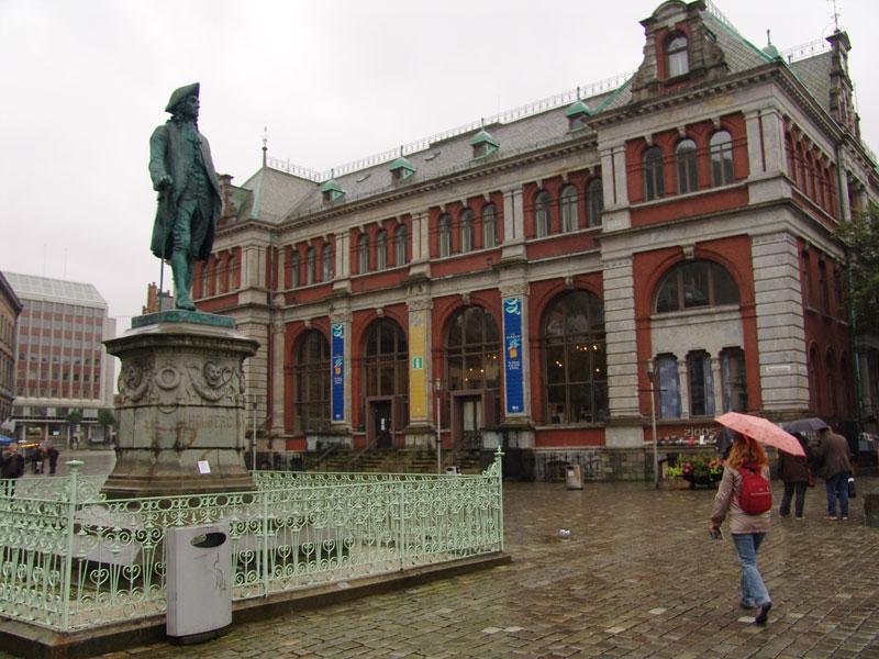 Памятник Людвигу Хольбергу, норвежско-датскому драматургу и историку, рожденному в Бергене