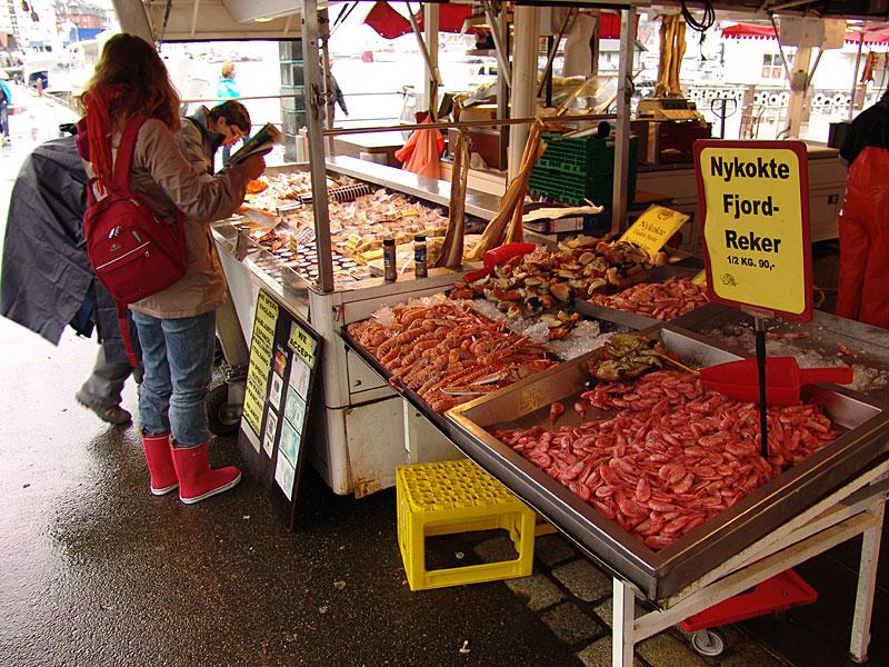 Рыбный рынок выходного дня на набережной Брюгген