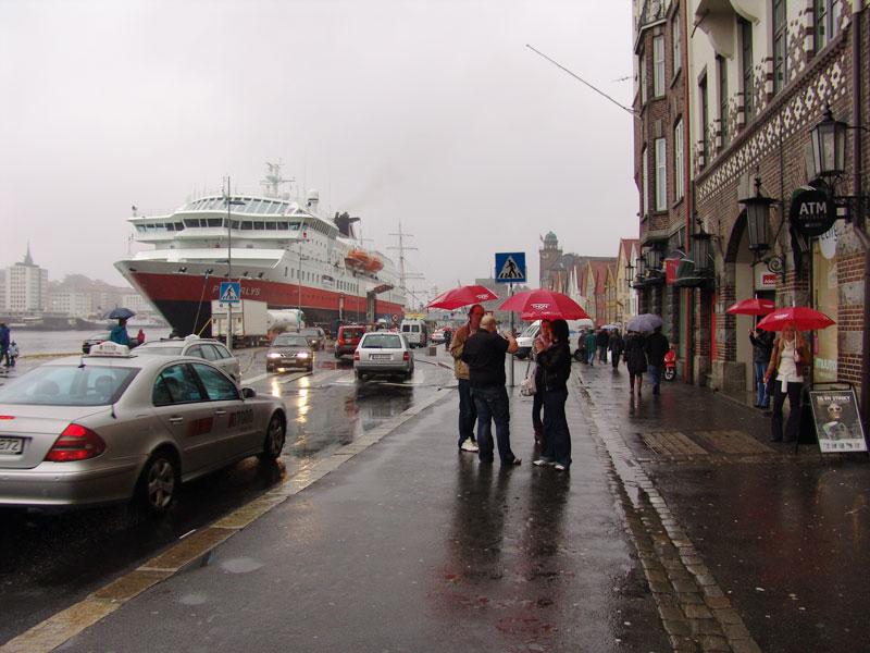 Местные алконафты собираются на набережной Брюггена, чтобы затусить в местных кабаках