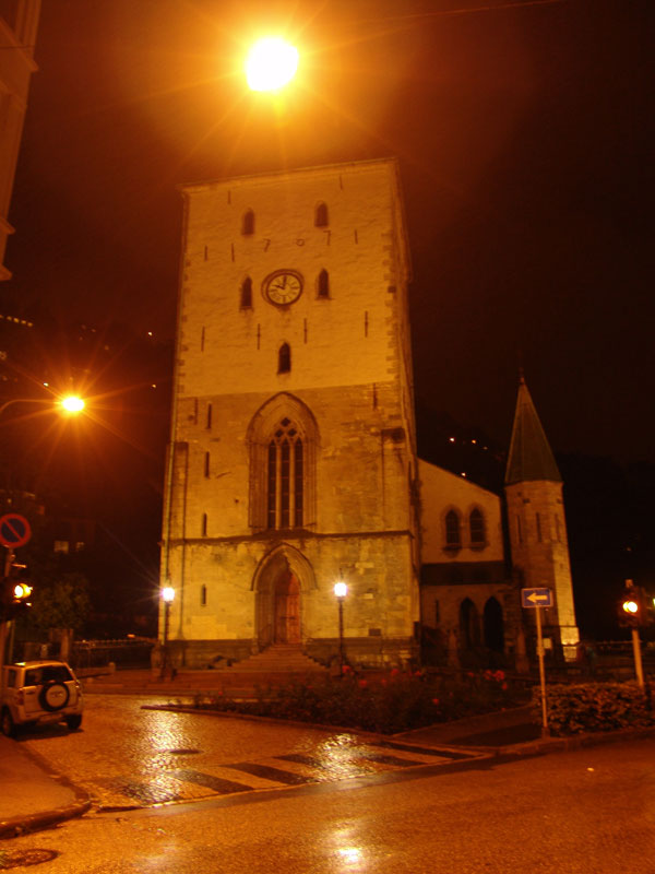 Ночная & мокрая кирха во дворах Брюггена