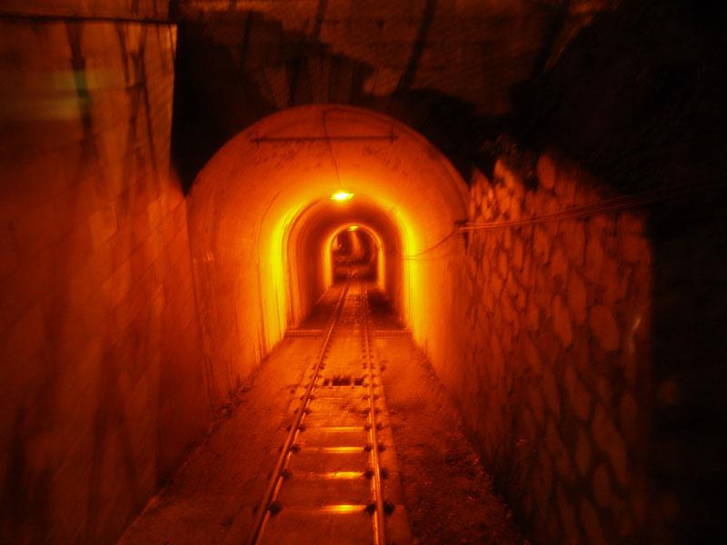 Это не врата ада, а всего лишь тоннель фуникулера на гору Флёйлен