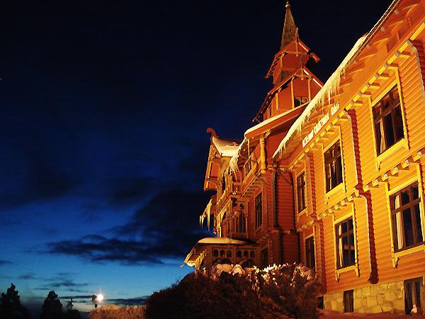 Отель на самое верхотуре горы Холменколлен - ословского блатного района и по совместительству горнолыжной горки
