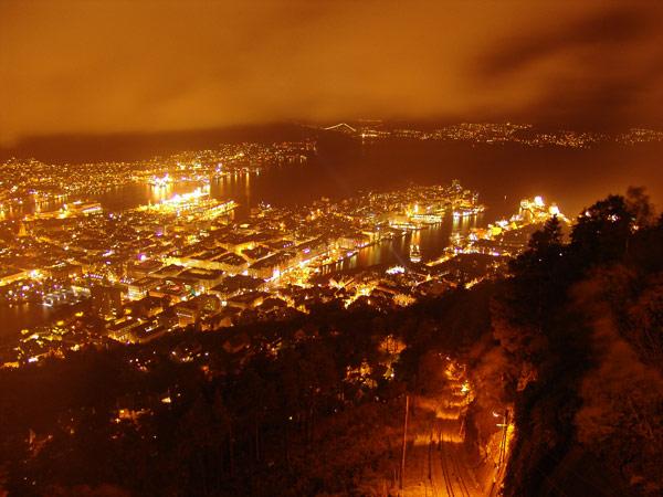 Вид на вечерний Берген со смотровой площадки на горе Флёйен