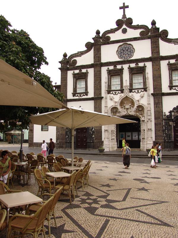 Тот же костел в столице Сан Мигела со стороны плацио