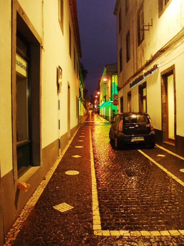 Ночные улицы Понто делгадо после дождя