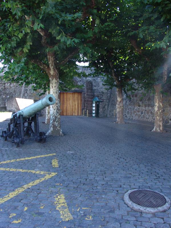 В крепости Понто Делгада мы лишь поцеловали лафет, так как вход до 15 часов