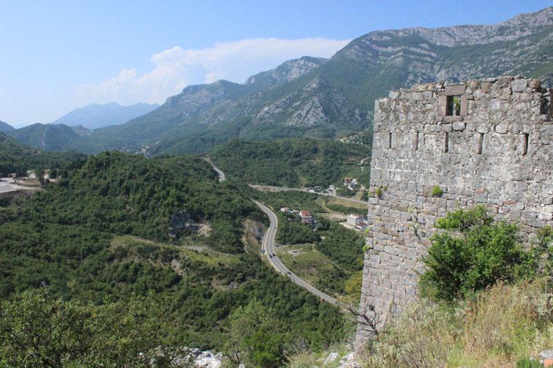 Вид от сторожевой башни на долину и дорогу в сторону Будвы