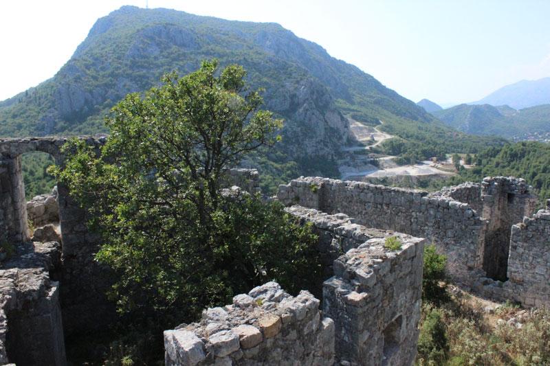 Вид с укреплений на каменоломню около начала тропы