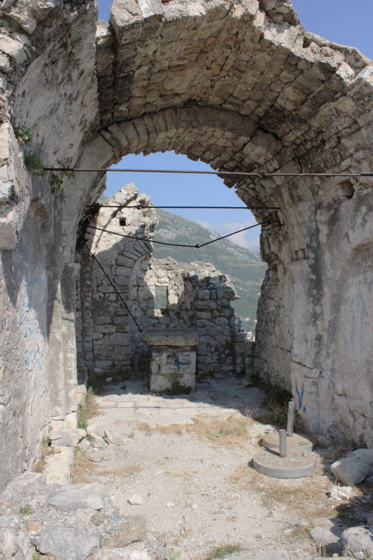 Разоренный алтарь церкви святого Дмитрия