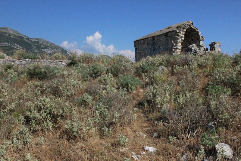 Тропа от верхнего яруса укреплений к церкви